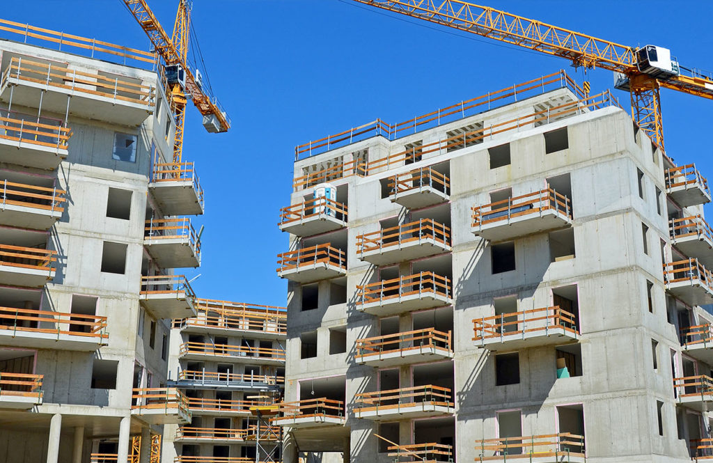 immeubles en construction avec grues